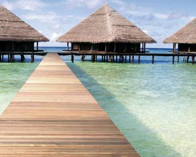 Il pavimento in legno e il complemento d'arredo escono all'aperto