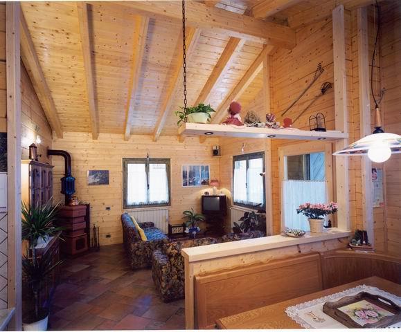 Le case in legno di albecase for Case rustiche interni pareti
