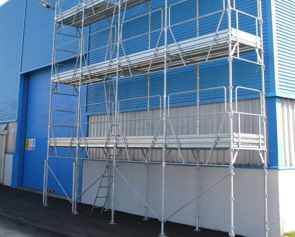 Ponteggio metallico fisso a telai prefabbricati per opere di costruzione