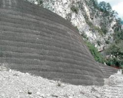 Rilevato in terra rinforzata realizzato con geogriglie Fortrac®