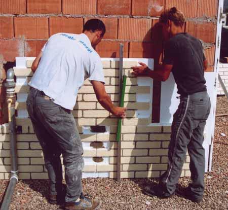 Nelle immagini, esempi di applicazioni su muro e su legno.