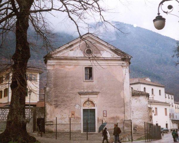 Sulla facciata della chiesa, prima del restauro, sono evidenti i segni del degrado dovuto principalmente all'umidità.