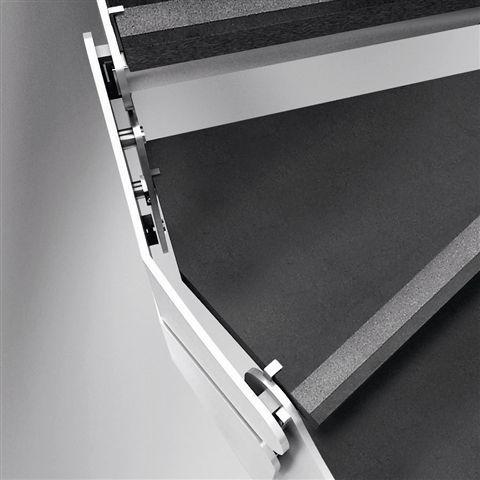 L'acciaio si combina con il marmo per un incontro equilibrato tra classico e contemporaneo