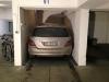 Auto parcheggiata in spazio stretto
