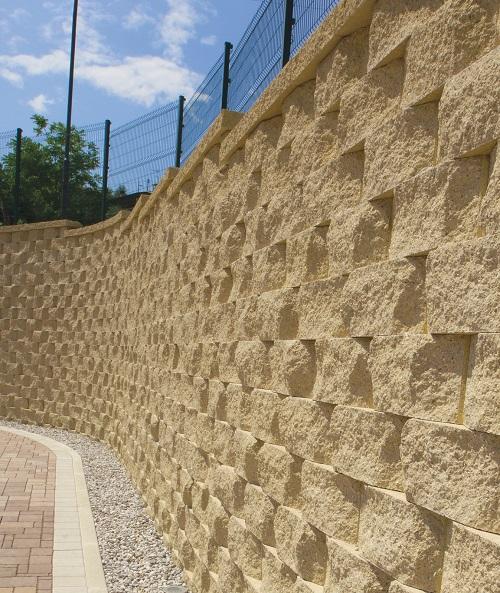 Muri di contenimento ferrari bk for Recinzioni in tufo