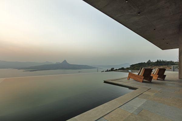 La vista mozzafiato della villa che sorge ai piedi dei monti Sahyadri, in India