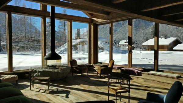 La sala dello Chalet RDG a Chamonix con le sue vetrate giganti