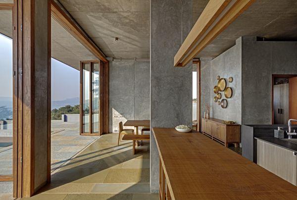 Particolare degli interni della villa che sorge ai piedi dei monti Sahyadri, in India
