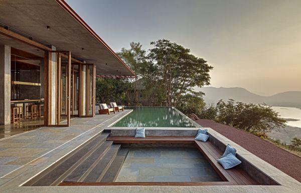 L'infinity pool che caratterizza la villa situata nel Western Ghats in India