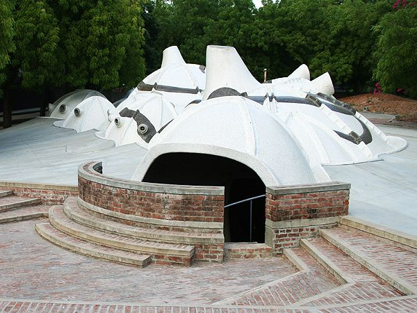 L'Amdavad Ni Gufa è una galleria d'arte sotterranea progettata da Doshi ad Ahmedabad