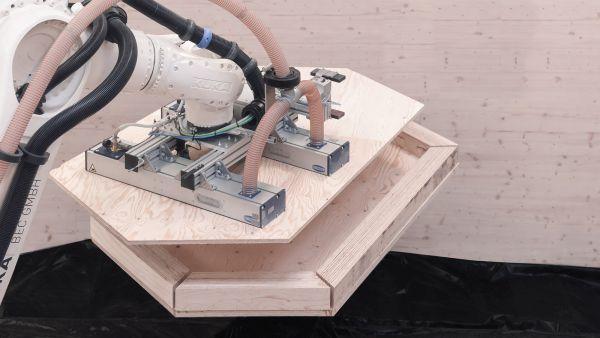 L'assemblaggio con il robot dei componenti del BUGA wood pavilion