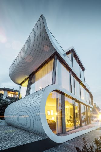 La casa futuristica realizzata dall'architetto Camenzind sul lago di Zurigo