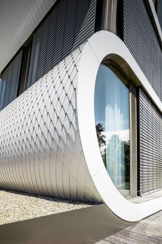 Scaglie di colore bianco puro in alluminio di PREFA per la casa di Camenzind sul lago di Zurigo