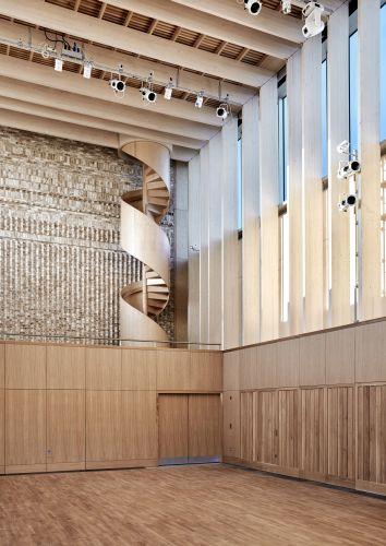 La scala a chiocciola in frassino americano, elemento caratterizzante dello Storey's Field Centre & Eddington Nursery