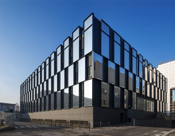 L'edificio di viale Sarca 222 a Milano dopo il restyling