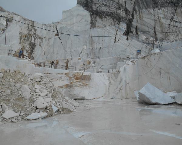 Dell'insostituibile importanza, per il paesaggio delle Apuane, della presenza di cave attive