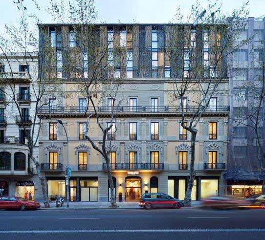 Facciata del Hotel Vincci Gala a Barcellona, un palazzo costruito nel 1990 restaurato e rinnovato; immagini di Jose Hevia per DuPont™ Corian®, tutti i diritti riservati.