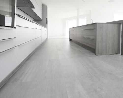 Pavimentazione dell'ambiente cucina del nuovo progetto residenziale in Svezia, realizzata con la collezione Back di Ceramiche Keope, nella finitura Naturale, color Grey, cm 60x60. Grazie al formato e la raffinata nuance, Back contribuisce a definire con rigore ed eleganza gli spazi interni, donando un design minimalista ed estremamente moderno.