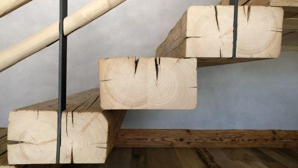 La scala in legno dello Chalet RDG a Chamonix