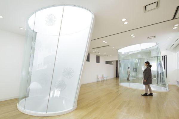 Tre lucernari di forma ellittica riempiono di luce la sede della Sugamo Shinkin Bank