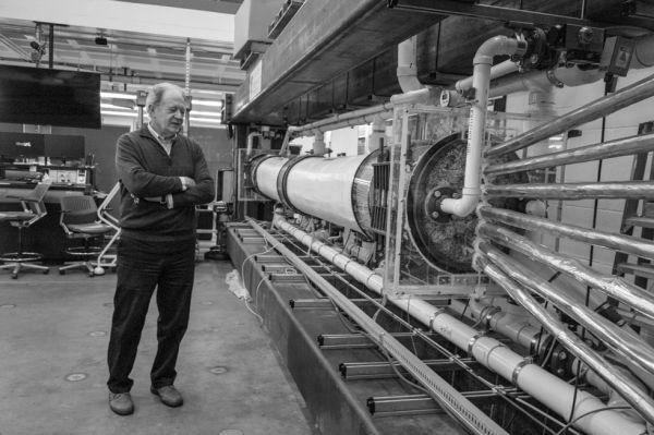 Il professor Raimondo Betti nel laboratorio prove (foto Simon Grifee)