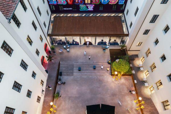 Gli spazi attrezzati dell'ìoutdoor dello The Student Hotel Firenze Lavagnini