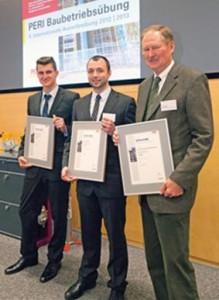 Il team vincitore della 9^ edizione del Construction Exercise: Anton Warkentin e Alexander Witt con il Professor Dr. Ing. Horst Rückel dell'Università di Scienze Applicate di Kaiserslautern (Fachhochschule Kaiserslautern). (Foto: PERI GmbH)