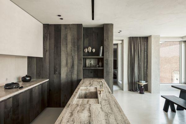 Cemento, legno grezzo, ottone gli elementi più utilizzati nel progetto di riconversione di un vecchio silos in appartamento di lusso