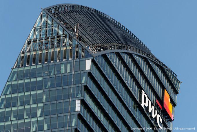 La corona posta in sommità caratterizza la torre di Libeskind a Milano CityLife