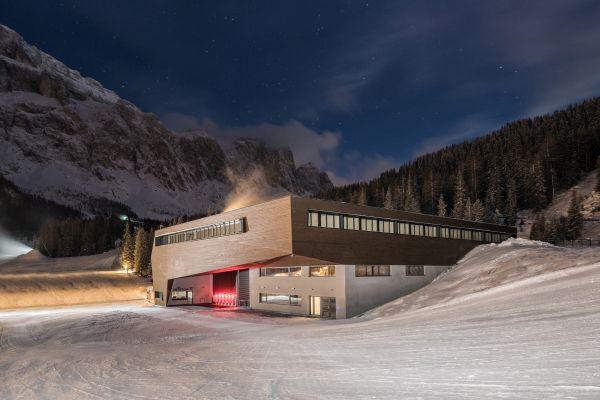 Veduta notturna della nuova cabinovia Piz Seteur in Val Gardena