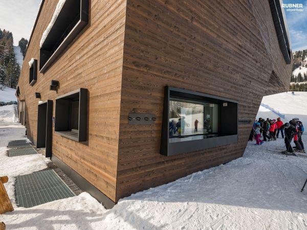 Legno lamellare per il rivestimento esterno della cabinovia Piz Seteur a Selva Val Gardena