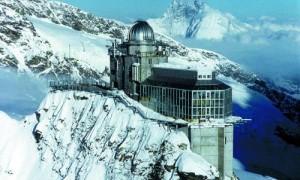 """Al ristorante montano """"Sphinx"""" sul passo Jungfraujoch il profilo termoisolante insulbar dà prova delle proprie qualità resistendo sino a - 30°C e a raffiche di vento che possono raggiungere i 250 km/h."""
