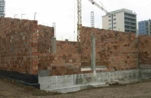 Il cantiere con in primo piano le strutture in muratura portante