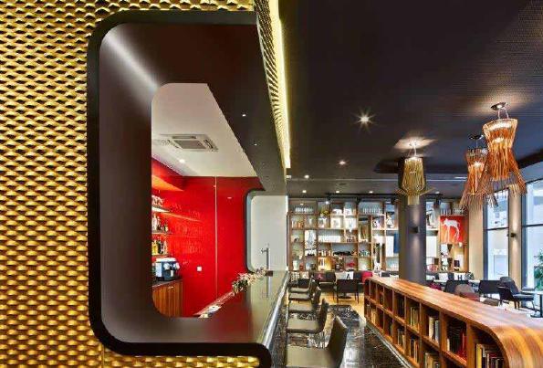 Hotel Vincci Gala a Barcellona: bancone del bar in DuPont™ Corian®, nella tonalità Deep Nocturne, realizzata con l'ausilio della DeepColour™ Technology. La tecno-superficie offre elevate prestazioni, affidabilità, durata e igiene oltre a un design di alta qualità; immagini José Hevia per DuPont™ Corian®, tutti i diritti riservati.