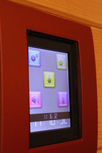 Il pannello touch screen della linea Livinglight permette al gestore di impostare i diversi scenari di esercizio