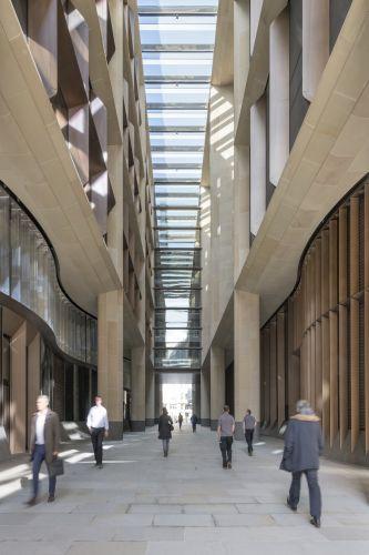 Porticato e spazi comuni nel nuovo headquerter Bloomberg di Londra
