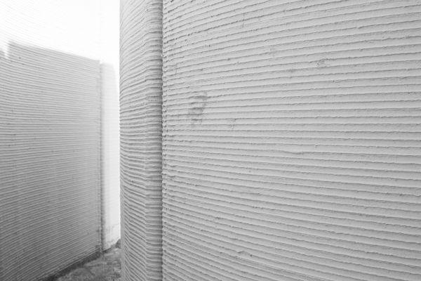 Le pareti di calcestruzzo realizzate con stampante 3D all'interno dei laboratori di Italcementi