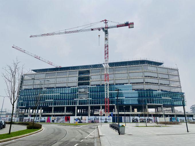 Installazione delle facciate sul fronte est dell'edificio Spark One a Milano