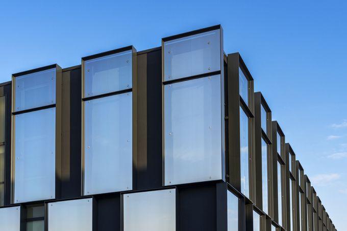 Le cornici metalliche vetrate della nuova facciata dell'edificio di viale Sarca 222 a Milano