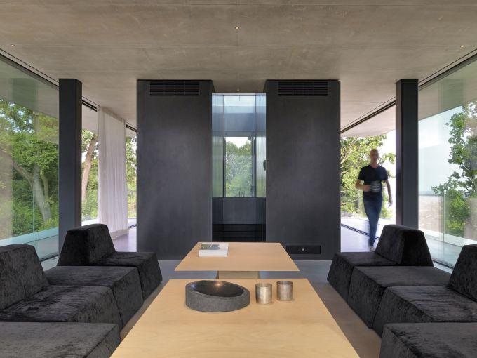 Il living della Teca House sulle colline di Biella
