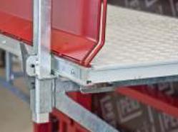 La mensola MXK è composta da singoli elementi di peso particolarmente contenuto. Il piano di calpestio è in materiale plastico, ma può essere anche sostituito con le tradizionali tavole in legno
