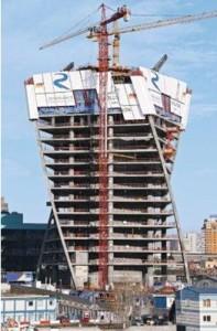 L'Evolution Tower si avvita nel cielo di Mosca per circa 250 m, compiendo un'elegante rotazione di 150°. Le unità del paramento di ripresa autosollevante RCS offrono un'elevata sicurezza.