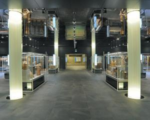 Pavimentazione dell'Ipogeo del Museo Egizio di Torino, realizzata con la collezione Percorsi Extra, della linea In&Out di Ceramiche Keope, cm. 30x60 e 60x60 color Pietra di Faedis