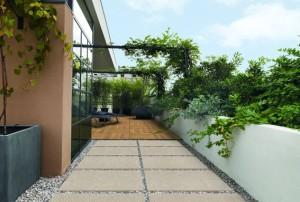 Nella foto, pavimentazione esterna realizzata con la serie K2 di Ceramiche Keope. In primo piano, collezione Klever, color Sand nella finitura strutturata e nel formato cm 45x90 con spessore mm. 20, posata su ghiaia.