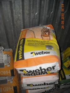 Sacchi di malta fibrata Weber.tec MC202, nella baracca deposito di cantiere, utilizzata per il ripristino in sagoma delle sezioni dei davanzali