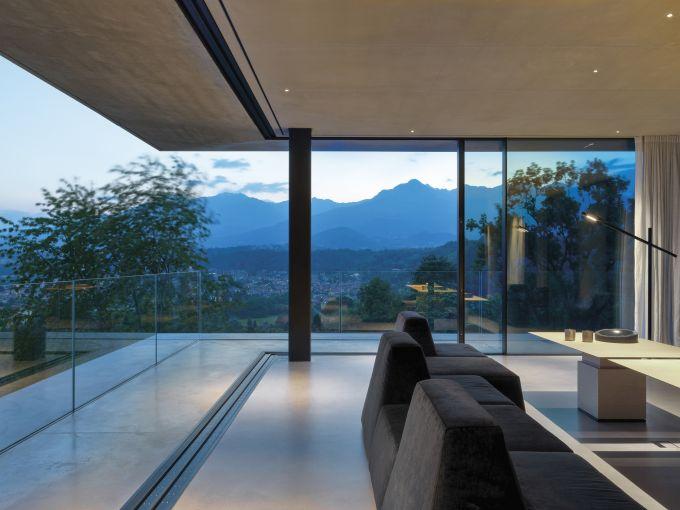Il living di Teca House sulle colline di Biella