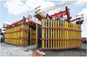 La cassaforma a travi per pareti VARIO, impiegata per le pareti del nucleo con altezze di getto di 4,30 m, consente di completare un piano alla settimana. Al termine, la cassaforma viene sollevata al ciclo di getto successivo con il sistema di ripresa autosollevante RCS.