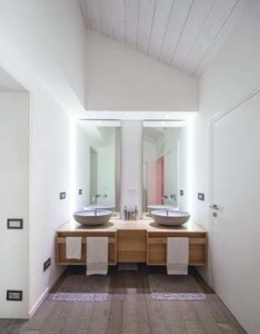 Interno appartamento, sono visibili le placche della Serie Axolute di BTicino