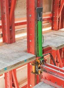 Il paramento di protezione a ripresa  RCS  è  stato dotato di tre passarelle di servizio che consentono l'accesso alle testate fermagetto dei solai e che garantiscono anche sufficiente spazio di lavoro per le operazioni di pretensionamento.  I dispositivi di sollevamento mobili permettono la movimentazione da piano a piano a step di 50 cm.