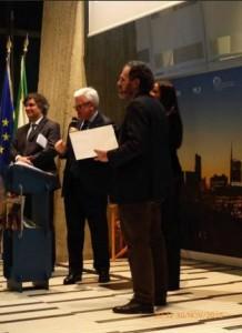 Claudio Sangiorgi, in qualità di presidente di Hortus2015, consegna il premio insieme a Juliana  Moreira